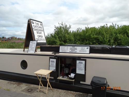 And our favourite the Oatcake boat, so we treated ourselves to lunch with a double sausage and cheese oatcake each with coffee. We last saw  this boat on the T&M at Westport lake in March.